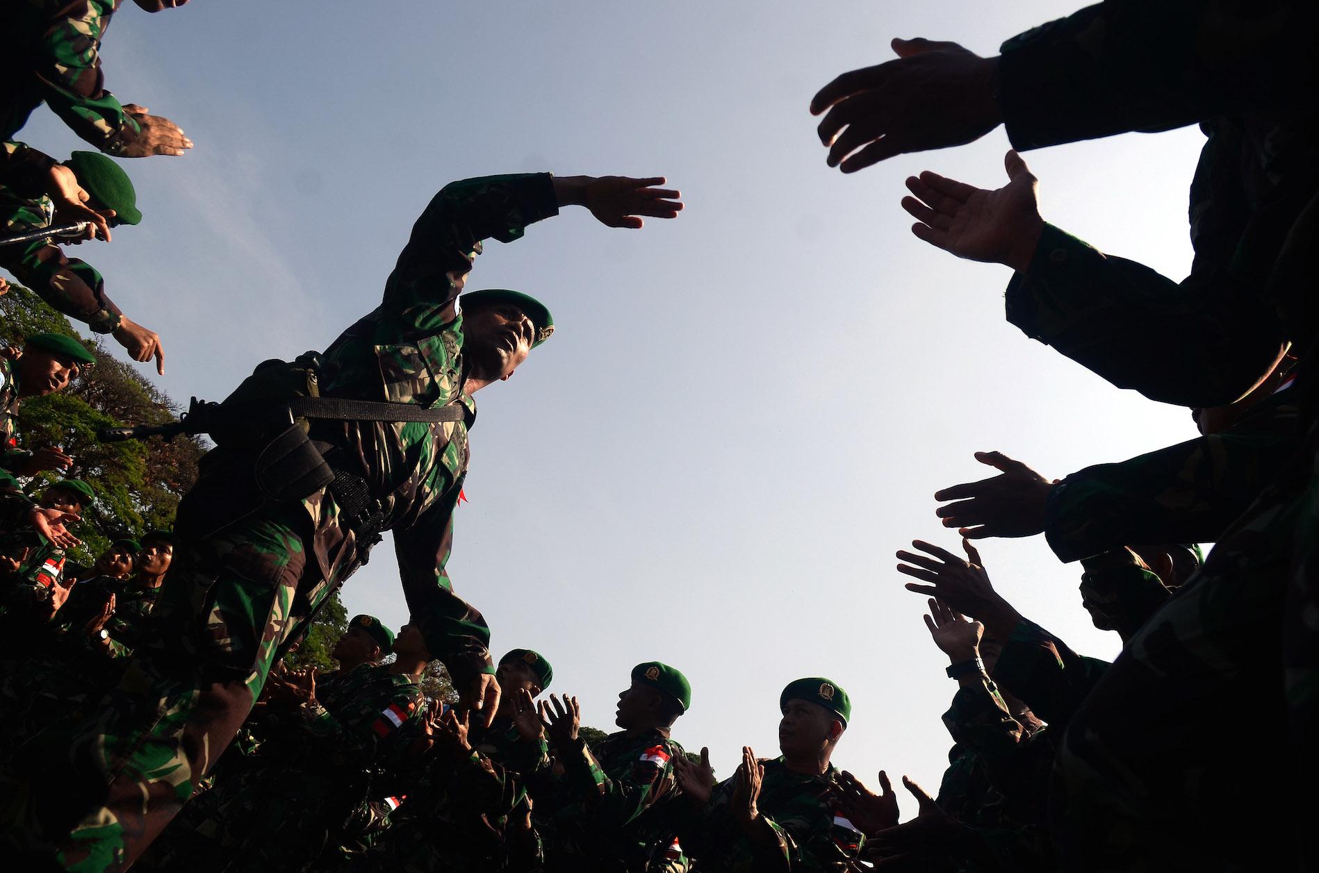 Sejumlah prajurit Yonzipur 8 Kodam VII Wirabuana meneriakkan yel-yel pada pelepasan di Lapangan Hasanuddin, Makassar, Sulawesi Selatan, Jumat (20/11). Sebanyak 135 parajurit Yonzipur 8 Kodam VII Wirabuana akan bergabung dengan Satgas Kizi TNI Konga XX-Monusco Konga untuk mengikuti pelatihan di Pusat Misi Pemeliharaan Perdamaian TNI Sentul Bogor sebelum diberangkatkan dalam misi pemeliharaan perdamaian dunia di Monusco kongo. ANTARA FOTO/Sahrul Manda Tikupadng/pd/15
