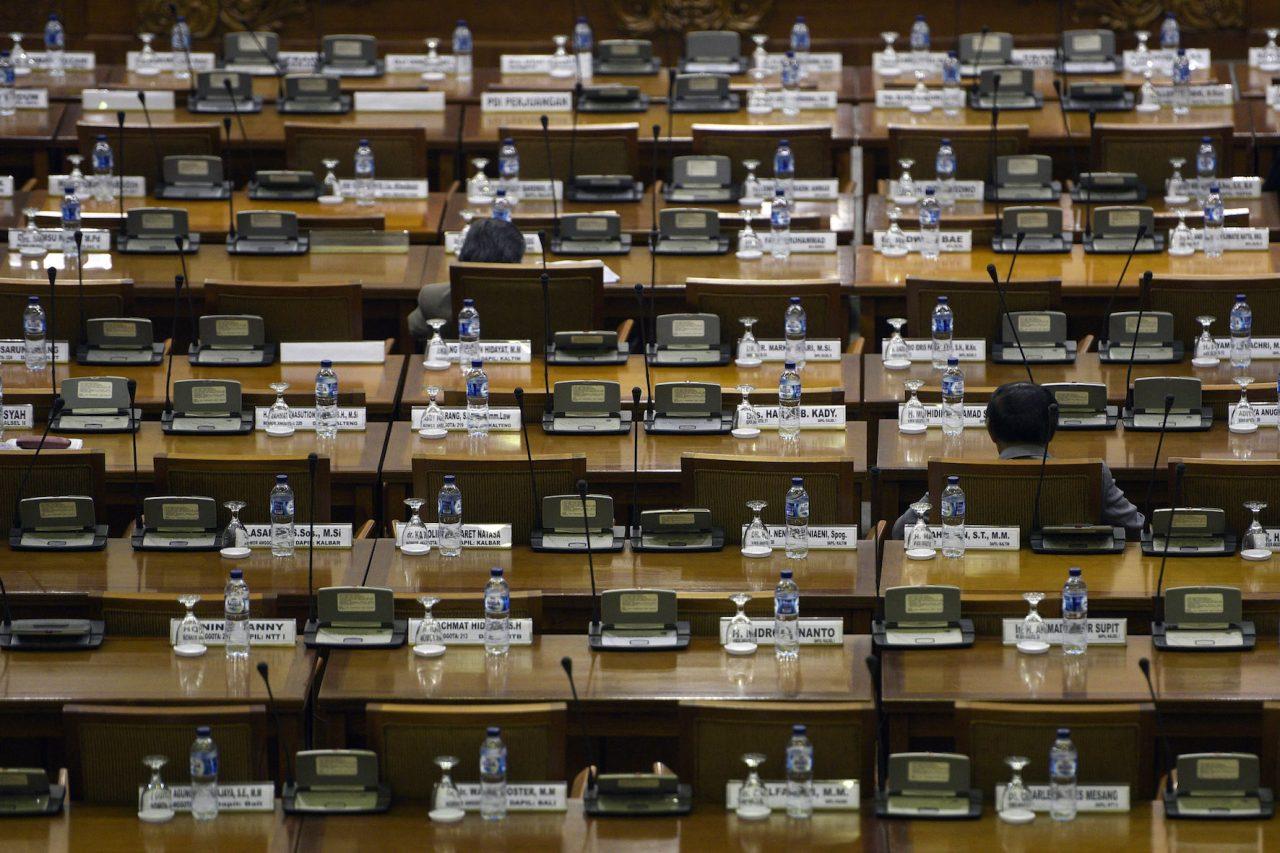 Anggota DPR duduk di antara bangku yang masih kosong saat mengikuti Rapat Paripurna di Kompleks Parlemen, Senayan, Jakarta, Selasa (13/10). Rapat tersebut membahas mengenai pendapat fraksi-fraksi dan pengambilan keputusan terhadap dua RUU Usul Inisiatif AKD menjadi RUU DPR, penetapan susunan dan keanggotaan panitia angket Pelindo II, serta penetapan susunan dan keanggotaan Pansus RUU tentang larangan minuman beralkohol. ANTARA FOTO/Sigid Kurniawan/nz/15.