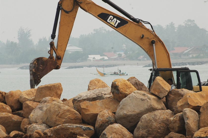 Alat berat memindahkan batu untuk reklamasi pantai, di Pariaman, Sumatera Barat, Kamis (15/10). ANTARA