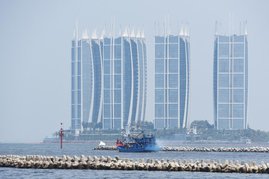 Sebuah kapal melintasi lokasi yang akan dibangun Pulau G atau Pluit City dalam Reklamasi Teluk Jakarta di Pluit, Jakarta, Kamis (5/11). ANTARA