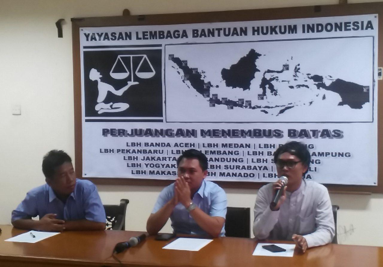 Ketua Umum Aliansi Jurnalis Independen (AJI) Suwarjono (kiri) bersama Pengacara Publik dari YLBHI Wahyu Nandang Herawan (tengah) dan Anto Setiawan, staf divisi advokasi ekonomi, sosial dan budaya Kontras saat memberikan keterangan kepada wartawan di kantor YLBHI, Jakarta, Senin (9/11). The Geotimes/Reja Hidayat