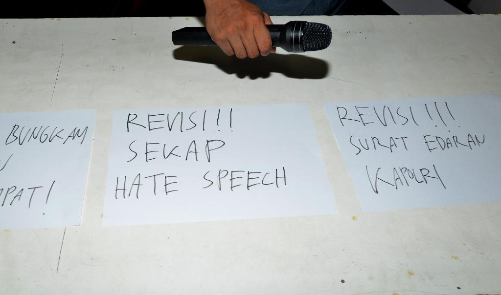 Seorang pria memegang alat pengeras suara di depan tulisan yang mengkritisi Surat Edaran (SE) Kapolri Nomor SE/6/X/2015 tentang Penanganan Ujaran� Kebencian atau hate speech di kantor Kontras, Jakarta, Selasa (10/11). Surat edaran tersebut dinilai dapat berpotensi dapat mengkriminalisasi seseorang serta membungkam kebebasan berpendapat dan berekspresi. ANTARA FOTO/Rosa Panggabean/nz/15.