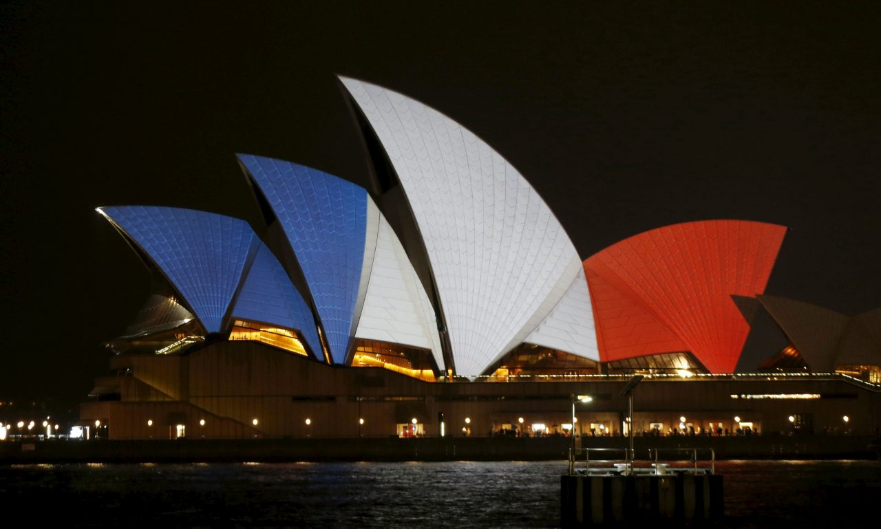 The blue, white and red colours of France's national flag are projected onto the sails of Sydney's Opera House in Australia November 14, 2015 following the attacks in Paris. REUTERS/Jason Reed TPX IMAGES OF THE DAY *** Local Caption *** Warna biru, putih dan merah dari bendera nasional Prancis diproyeksikan ke bangunan Sydney Opera House di Australia, Sabtu (14/11). ANTARA FOTO/REUTERS/Jason Reed/cfo/15