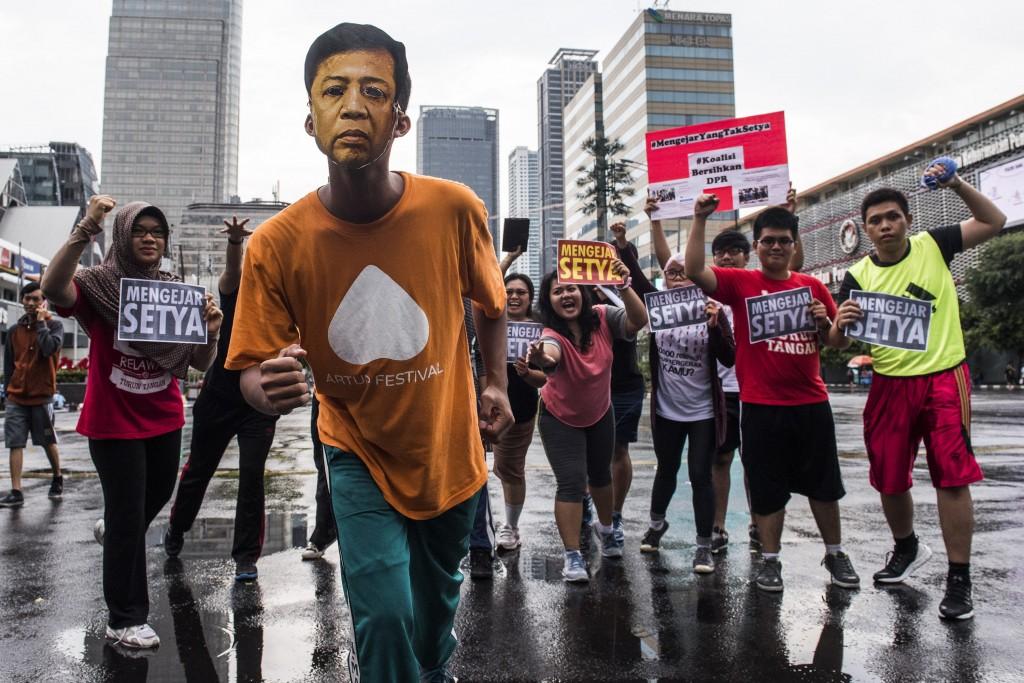 Aktivis yang tergabung dalam Koalisi Bersihkan DPR melakukan aksi 'Mengejar Ketua DPR Setya Novanto' di Jakarta, Minggu (29/11). Aksi tersebut bertujuan untuk meminta kepada Mahkamah Kehormatan Dewan (MKD) DPR agar membuka seluas-luasnya akses sidang Ketua DPR Setya Novanto kepada publik sebagai transparasi DPR ke rakyat. ANTARA FOTO/M Agung Rajasa/kye/15.