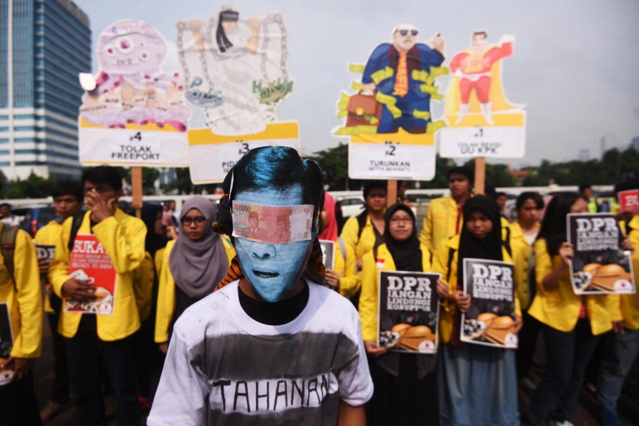 Sejumlah mahasiswa menggelar aksi unjuk rasa di depan Gedung DPR, Kompleks Parlemen, Jakarta, Jumat (11/12). Dalam aksinya mereka menuntut Ketua DPR Setya Novanto mundur dari jabatannya, meminta pemerintah untuk menasionalisasi Freeport serta menolak revisi UU KPK. ANTARA FOTO/Akbar Nugroho Gumay/foc/15.