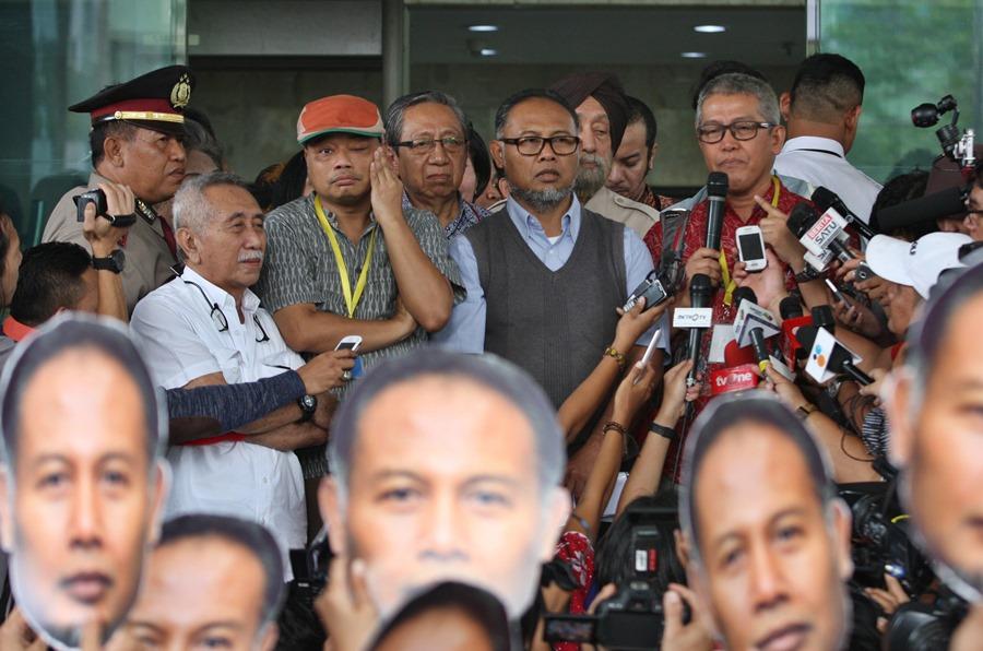 Wakil Ketua nonaktif Komisi Pemberantasan Korupsi (KPK) Bambang Widjojanto (tengah) didampingi sejumlah pegiat antikorupsi memberikan keterangan kepada wartawan di gedung KPK di Jakarta, Jumat (18/12). Sejumlah pegiat antikorupsi dan aktivis melakukan aksi melepas Bambang Widjojanto dari gedung KPK seiring dengan telah berakhirnya masa bakti sebagai Wakil Ketua KPK pada 16 Desember 2015. ANTARA FOTO