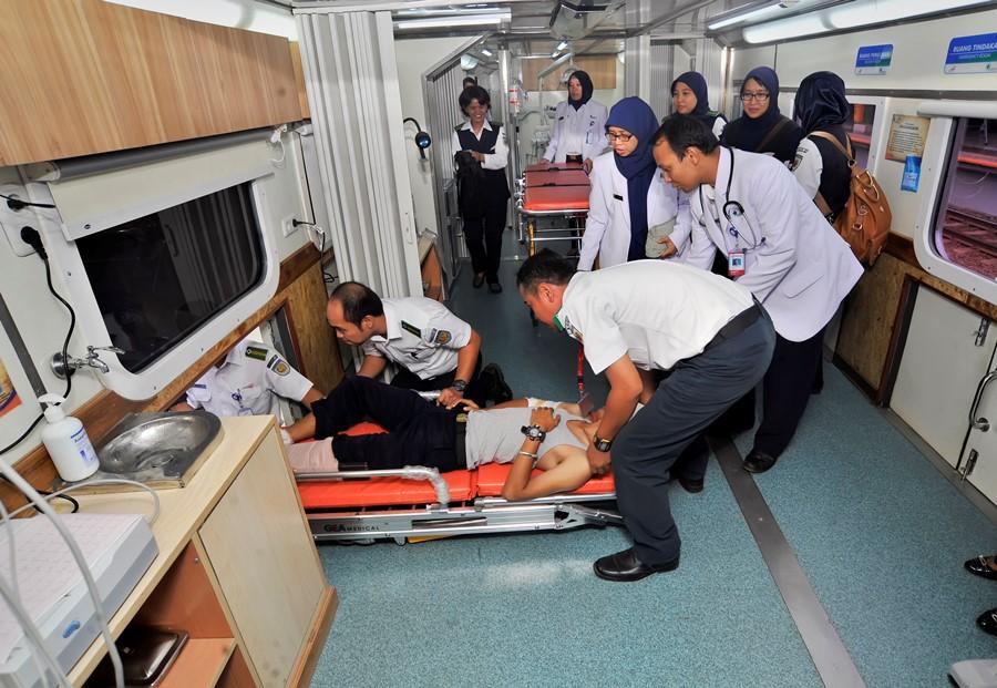 Petugas kesehatan PT KAI memperagakan aksi pertolongan kepada pasien saat peluncuran kereta api kesehatan (Rail Clinic) pertama Indonesia di Stasiun KA Pasar Senen, Jakarta, Sabtu (12/12). ANTARA FOTO