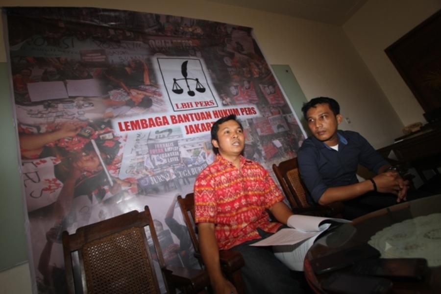 Direktur Eksekutif LBH Pers, Nawawi Bahrudin (kiri) dan Kepala Divisi Riset dan Jaringan LBH Pers, Asep Komarudin dalam konferensi pers di Bakoel Coffe, Cikini Jakarta, Selasa [22/12]. Dalam konfersi tersebut, Jakarta dan Papua menduduki peringkat satu dan dua dalam hal pelanggaran kebebasan pers dan kebebasan berekspresi 2015.