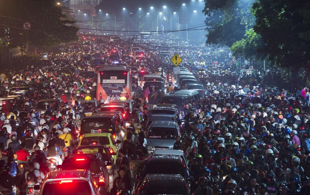 Warga terjebak macet di Jalan Medan Merdeka Timur usai merayakan malam pergantian tahun baru 2014, Jakarta, Rabu (1/1). Kemacetan usai perayaan tahun baru kerap terjadi karena membludaknya pengunjung ditambah dengan sistem parkir kendaraan yang semrawut. ANTARA FOTO/Rosa Panggabean/nz/14.