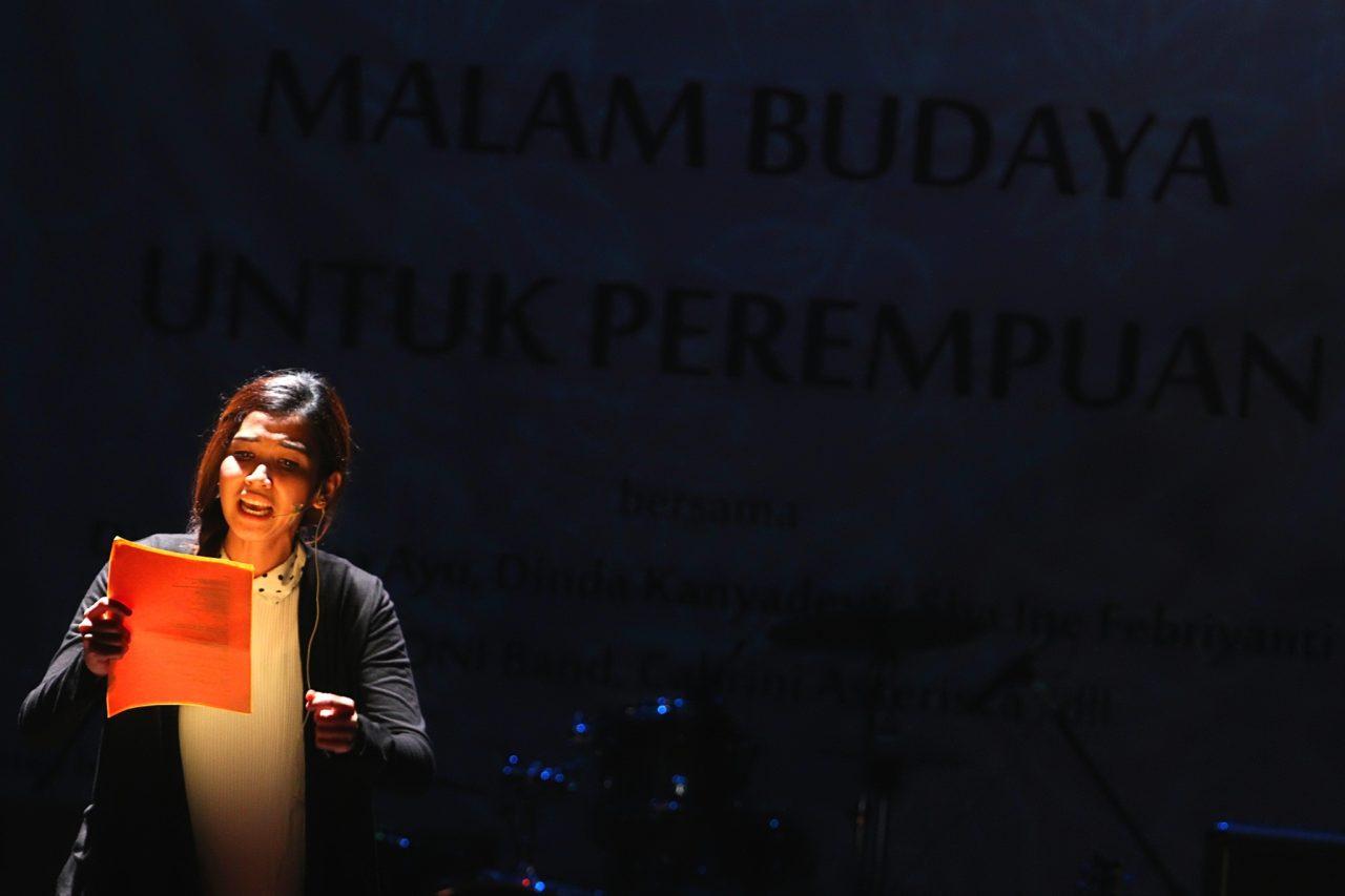 """Bintang sinetron Dinda Kanya Dewi tampil membacakan puisi dalam Malam Budaya Untuk Perempuan di Teater Kecil, Taman Ismail Marzuki, Jakarta, Senin (17/3). Malam budaya yang bertemakan """"Merajut Solidaritas Bagi Korban Kekerasan Seksual"""" tersebut sebagai puncak perayaan Hari Perempuan Internasional 2014. ANTARA FOTO/Teresia May/Asf/pd/14."""