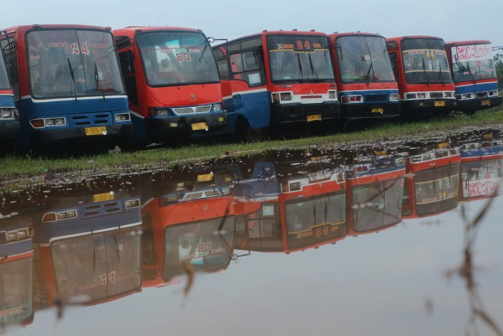 Bus-bus Metromini yang terkena razia Dinas Perhubungan DKI Jakarta dan dikandangkan di Pul Rawa Buaya, Jakarta, Minggu (20/12). Dishub DKI Jakarta telah mengandangkan 261 bus yang tidak laik jalan. ANTARA FOTO/M. Ali. Wafa/ama/15