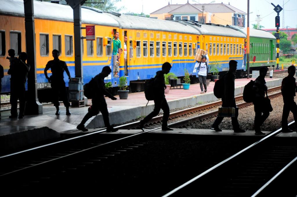 Sejumlah penumpang turun dari Kereta Api (KA) Tegal Ekspres jurusan Jakarta-Tegal di Stasiun Tegal, Jateng, Kamis (15/5). Menurut PT KAI, penumpang yang menggunakan KA pada arus mudik Lebaran mendatang diperkirakan meningkat tiga persen dari tahun sebelumnya, sehingga menyiapkan 293 rangkaian KA tambahan reguler. ANTARA FOTO/Oky Lukmansyah/ed/mes/14