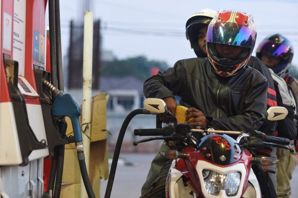 Pengendara sepeda motor mengisi bahan bakar jenis premium di salah satu SPBU di Jakarta, Rabu (23/12). Pemerintah menurunkan harga bahan bakar jenis premium sebesar Rp150 per liter, yaitu dari Rp7.300 per liter menjadi Rp7.150 per liter, sedangkan solar menjadi Rp5.950 per liter berlaku mulai 5 Januari 2016. ANTARA FOTO/Hafidz Mubarak A./aww/15.