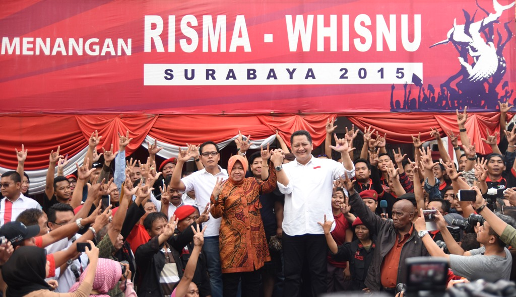 Pasangan calon Walikota dan Wakil Walikota Surabaya Tri Rismaharini dan Whisnu Sakti Buana berada di tengah simpatisan dan pendukung ketika memberikan pidato kemenangan Pilkada 2015 kota Surabaya di Posko Pemenangan Risma-Whisnu di Surabaya, Jawa Timur, Rabu (9/12). Pasangan petahana Tri Rismaharini-Whisnu Sakti Buana unggul atas pasangan Rasiyo-Lucy Kurniasari di beberapa hitung cepat sejumlah lembaga survei. ANTARA FOTO/M Risyal Hidayat/aww/15.