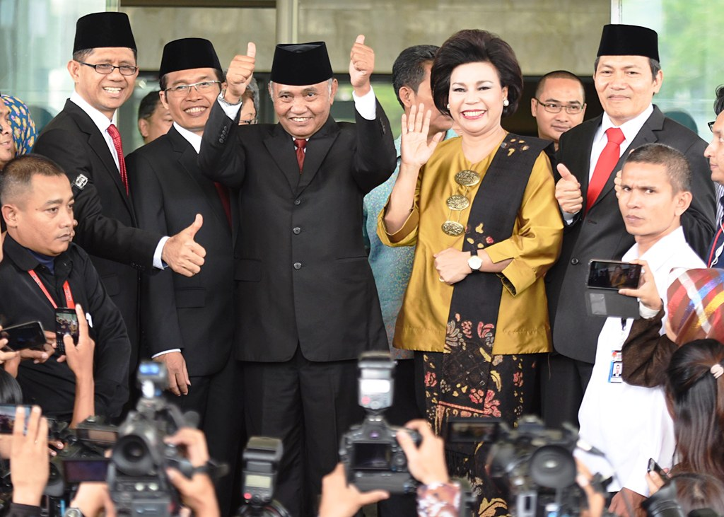 Ketua Komisi Pemberantasan Korupsi (KPK) terpilih Agus Rahardjo (tengah) didampingi para Wakil Ketua Laode Muhammad (kiri), Alexander Marwata (kedua kiri), Basaria Panjaitan (kedua kanan) dan Saut Situmorang melambaikan tangan di Gedung KPK di Jakarta, Senin (21/12). Mereka dilantik Presiden Jokowi sebagai pimpinan KPK periode 2015-2019. ANTARA FOTO/Akbar Nugroho Gumay/ama/15