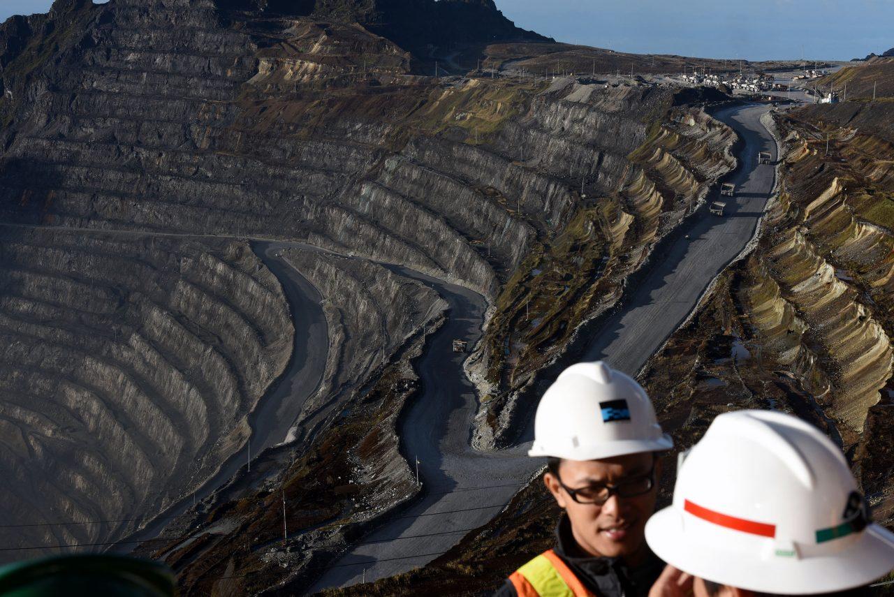 Sebuah mobil melintas di kawasan Grasberg Mine milik PT. Freeport Indonesia (PTFI ) di Tembagapura, Mimika, Timika, Papua, Minggu (15/2). SVP Geoscience & Technical Services Division PT Freeport Indonesia (PTFI) Wahyu Sunyoto menyatakan, dari ketiga tambang bawah tanah yang sedang dibangun Freeport Indonesia, Grasberg Block Cave merupakan tambang yang paling besar menghasilkan produksi cadangan, yakni sebanyak 999,6 juta ton. ANTARA FOTO/M Agung Rajasa/15.