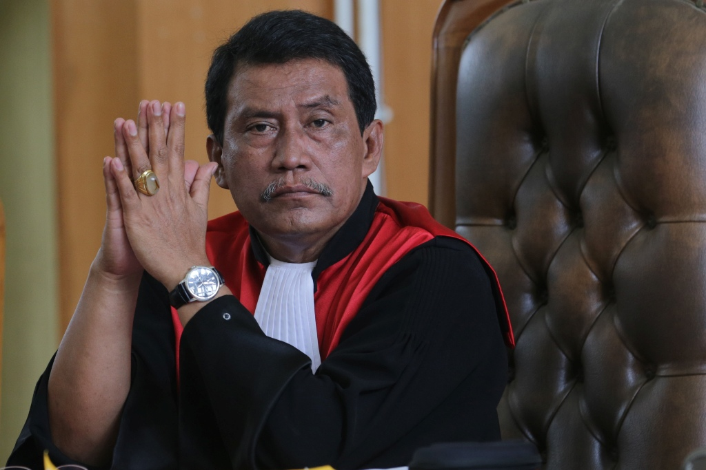 Ketua Majelis Hakim Pengadilan Negeri (PN) Palembang Parlas Nababan melihat ke ruang sidang saat akan membacakan putusan gugatan perdata Kementerian Lingkungan Hidup dan Kehutanan (KLHK) terhadap PT Bumi Mekar Hijau (BMH) senilai Rp7,8 triliun atas ganti rugi kebakaran lahan tahun 2014 lalu, di Pengadilan Negeri Kelas I Palembang, Sumsel, Rabu (30/12). ANTARA FOTO/Nova Wahyudi/nz/15.