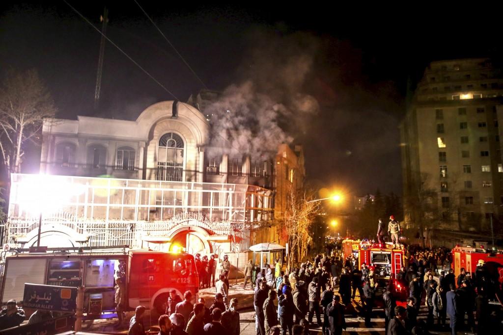 Flames rise from Saudi Arabia's embassy during a demonstration in Tehran January 2, 2016. Iranian protesters stormed the Saudi Embassy in Tehran early on Sunday morning as Shi'ite Muslim Iran reacted with fury to Saudi Arabia's execution of a prominent Shi'ite cleric. REUTERS/TIMA/Mehdi Ghasemi/ISNA ATTENTION EDITORS - THIS PICTURE WAS PROVIDED BY A THIRD PARTY. REUTERS IS UNABLE TO INDEPENDENTLY VERIFY THE AUTHENTICITY, CONTENT, LOCATION OR DATE OF THIS IMAGE. FOR EDITORIAL USE ONLY. NOT FOR SALE FOR MARKETING OR ADVERTISING CAMPAIGNS. NO THIRD PARTY SALES. NOT FOR USE BY REUTERS THIRD PARTY DISTRIBUTORS. THIS PICTURE IS DISTRIBUTED EXACTLY AS RECEIVED BY REUTERS, AS A SERVICE TO CLIENTS      TPX IMAGES OF THE DAY      *** Local Caption *** Api berkobar dari Kedutaan Besar Arab Saudi saat demonstrasi di Teheran, SAbtu (2/1). Warga Iran menyerbu Kedubes Arab Saudi di Teheran pada Minggu dini hari ketika Muslim Iran bereaksi dengan kemarahan atas hukuman mati dari Arab Saudi terhadap ulama terkemuka Syi'ah. ANTARA FOTO/REUTERS/TIMA/Mehdi Ghasemi/ISNA/cfo/16