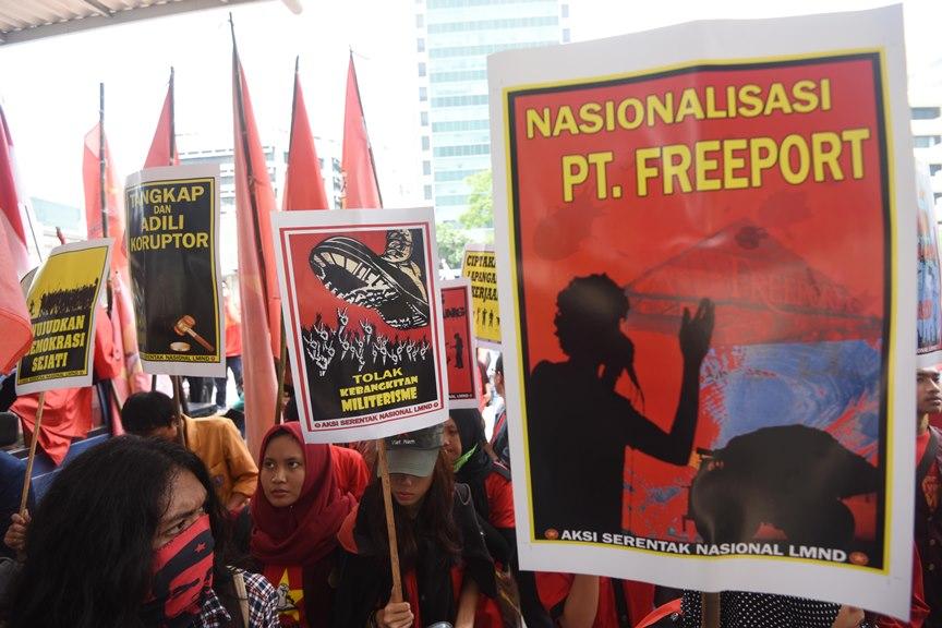 Sejumlah pegiat menggelar aksi unjuk rasa di depan Gedung KPK, Jakarta, Rabu (27/1). Dalam aksinya mereka menuntut KPK untuk mengusut tuntas kasus korupsi Bantuan Likuiditas Bank Indonesia (BLBI), menolak kebagkitan militerisme, serta meminta pemerintah menasionalisasi Freeport. ANTARA FOTO/Akbar Nugroho Gumay