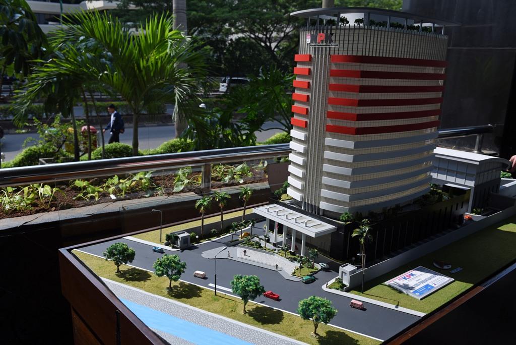 Maket gedung baru KPK disiapkan untuk peresmian gedung Baru KPK di Jakarta, Senin, (28/12). ANTARA FOTO/Hafidz Mubarak A/foc/15.