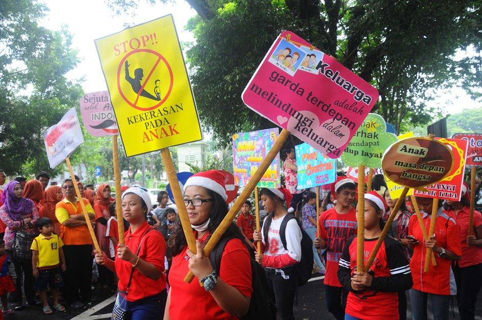 Sejumlah peserta membawa peraga kampanye perlindungan hak anak saat Salatiga Christmas Parade, di Salatiga, Jawa Tengah, Sabtu (19/12). Kampanye tersebut mengajak masyarakat untuk lebih menghargai hak dan perlindungan anak dari tindakan kekerasan, eksploitasi, dan pelecehan seksual. ANTARA FOTO