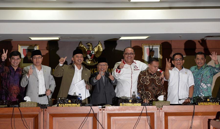 Ketua Mahkamah Kehormatan Dewan (MKD) DPR Surahman Hidayat (keempat kiri), Wakil Ketua Junimart Girsang (keempat kanan), Sufmi Dasco Ahmad (ketiga kanan) bersama para anggota MKD berfoto bersama seusai sidang putusan pelanggaran kode etik Ketua DPR Setya Novanto di Kompleks Parlemen, Senayan, Jakarta, Rabu (16/12). ANTARA