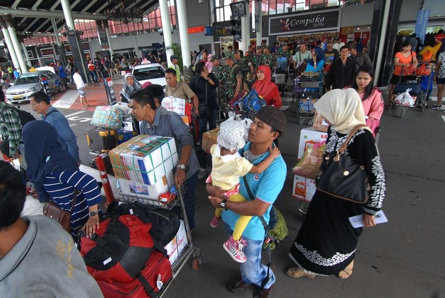 Penumpang tiba di terminal kedatangan 1 B bandara Soekarno Hatta, Tangerang, Banten, Minggu (3/1). ANTARA FOTO