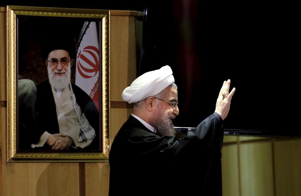 Iranian President Hassan Rouhani waves as he stands next to a portrait of Iran's Supreme Leader Ayatollah Ali Khamenei, after he registered for February's election of the Assembly of Experts, the clerical body that chooses the supreme leader, at Interior Ministry in Tehran December 21, 2015. REUTERS/Raheb Homavandi/TIMA ATTENTION EDITORS - THIS IMAGE WAS PROVIDED BY A THIRD PARTY. FOR EDITORIAL USE ONLY. TPX IMAGES OF THE DAY     *** Local Caption *** Presiden Iran Hassan Rouhani melambaikan tangan sambil berdiri di sebelah foto Pemimpin Tertinggi Ayatollah Ali Khamenei, setelah mendaftar untuk pemilu Februari di Dewan Ahli, badan administrasi yang memilih pemimpin tertinggi, di Kementerian Dalam Negeri di Teheran, Senin (21/12). ANTARA FOTO/REUTERS/Raheb Homavandi/TIMA/djo/15