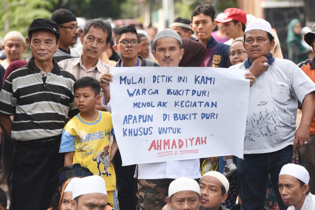 Warga bersama sejumlah Ormas melakukan aksi menolak keberadaan ajaran Ahmadiyah di lingkungan Bukit Duri, Tebet, Jakarta. ANTARA FOTO/ Akbar Nugroho Gumay
