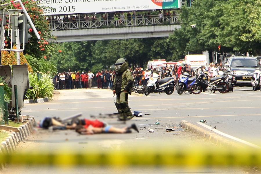 Tragedi teror di Sarinah, Jakarta Pusat yang terjadi pada pukul 10.40, Kamis (14/1) telah menewaskan dua orang warga sipil dan melukai 24 orang. Lima teroris telah di tembak mati dan dilumpuhkan oleh aparat kepolisian dalam tragedi tersebut. (Andrey Gromico/The Geotimes)