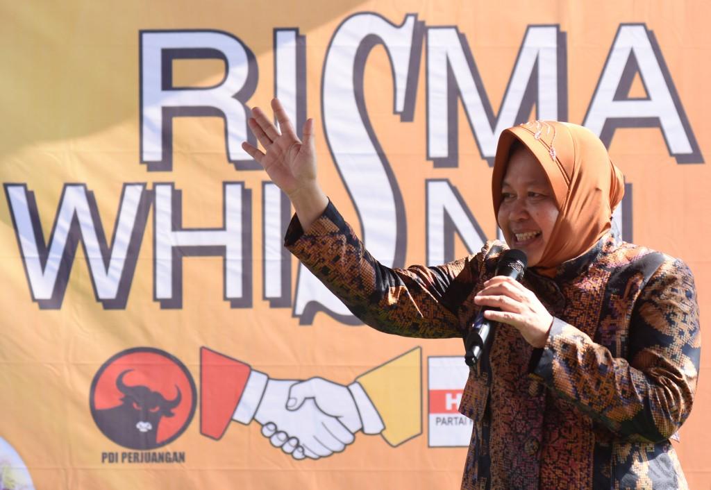 Walikota Surabaya, Tri Rismaharini di posko pemenangan Risma-Wisnu di Surabaya, Jawa Timur pada Pilkada serentak tahun lalu. ANTARA FOTO/ M Risyal Hidayat