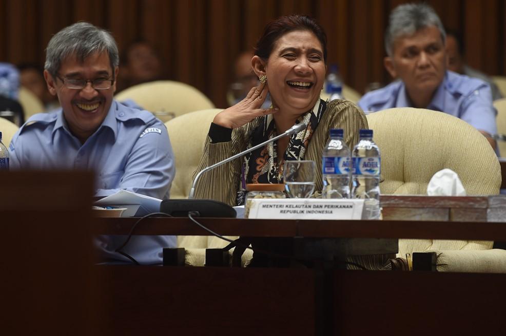 Menteri Kelautan dan Perikanan Susi Pudjiastuti (tengah) didampingi Sekjen Kementerian Kelautan dan Perikanan Syarief Widjaja (kiri) menyimak pertanyaan anggota Komisi IV saat rapat kerja di Komplek Parlemen Senayan, Jakarta, Rabu (27/1). Raker tersebut membahas Rancangan Undang-Undang (RUU) perlindungan nelayan, pembudidaya ikan dan petambak garam. ANTARA FOTO/Puspa Perwitasari