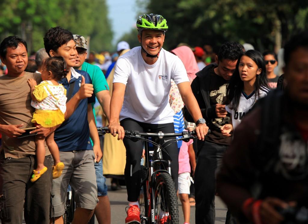Gubernur Jawa Tengah, Ganjar Pranowo bersepeda di Jalan Slamet Riyadi saat Car Free Day Solo, Jawa Tengah. ANTARA FOTO/ Maulana Surya