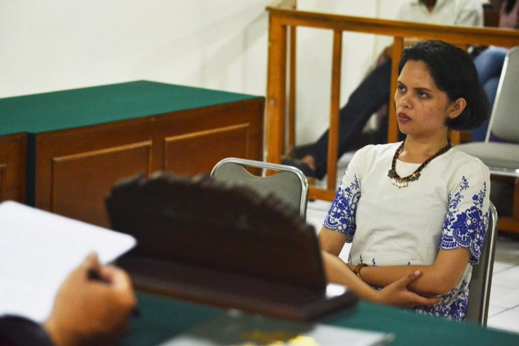 Terdakwa kasus penghinaan dan pencemaran nama baik warga Yogyakarta di media sosial, Florence Saulina Sihombing mendengarkan putusan hakim di Pengadilan Negeri Yogyakarta, Selasa (31/3). Mahasiswa S2 UGM tersebut divonis hukuman 2 bulan penjara, masa percobaan selama 6 bulan serta denda sebesar Rp10 juta rupiah karena melanggar pasal 27 ayat 3 dan pasal 45 ayat 1 UU ITE No 11/2008. ANTARA FOTO/Pradita Utama/sgd/ss/pd/15