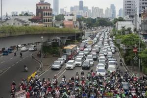 Sejumlah kendaraan bermotor mengantre dalam kemacetan di salah satu persimpangan lampu merah di Jakarta, Rabu (24/2). Kurangnya disiplin pengendara dan tidak adanya pembatasan kendaraan pribadi menjadi salah satu penyebab kemacetan di Jakarta. ANTARA FOTO/Widodo S. Jusuf/pd/16.