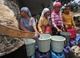 dana desa warga-desa-mengantre-air-bersih