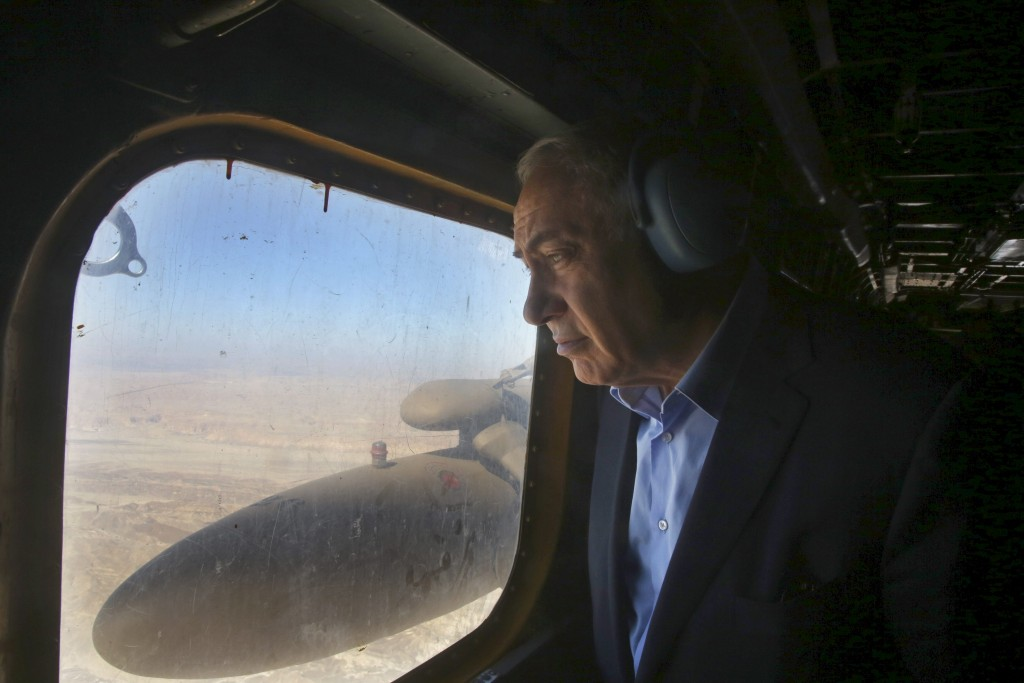 Israeli Prime Minister Benjamin Netanyahu looks out of a military airplane's window as he makes his way to visit the border fence between Israel and Jordan, in southern Israel near Eilat February 9, 2016. REUTERS/Marc Israel Sellem/Pool TPX IMAGES OF THE DAY *** Local Caption *** Perdana Menteri Israel Benjamin Netanyahu melihat keluar dari jendela pesawat militer saat akan mengunjungi pagar pembatas antara Israel dan Yordania, di selatan Israel dekat Eilat, Selasa (9/2). ANTARA FOTO/REUTERS/Marc Israel Sellem/Pool/djo/16