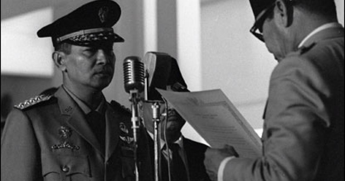Presiden Soekarno saat melantik Mayor Jenderal Soeharto. / Arsip Nasional RI