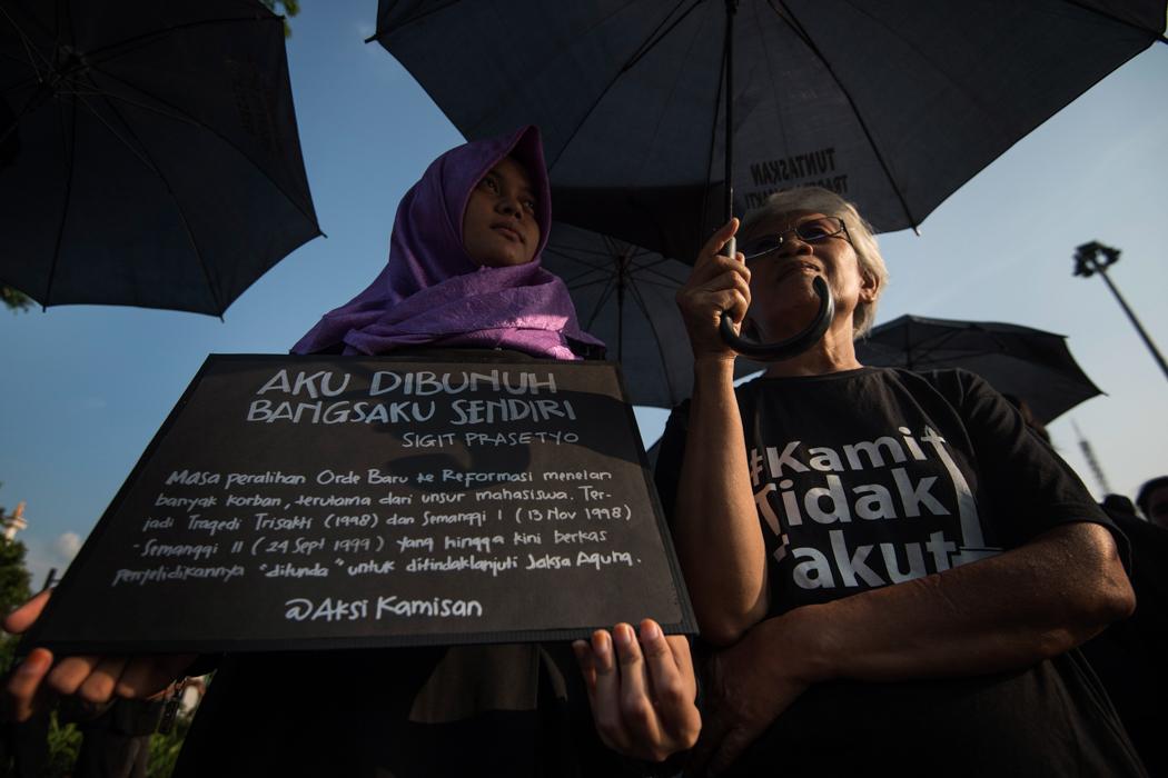 Aktivis Jaringan Solidaritas Korban untuk Keadilan menggelar aksi Kamisan di depan Istana Merdeka, Jakarta, Kamis (18/8). Dalam aksi yang ke-455 sekaligus memperingati HUT ke-71 Kemerdekaan RI tersebut mereka kembali menagih janji Presiden Joko Widodo untuk menyelesaikan berbagai kasus pelanggaran HAM di Tanah Air. ANTARA FOTO/Sigid Kurniawan/kye/16.