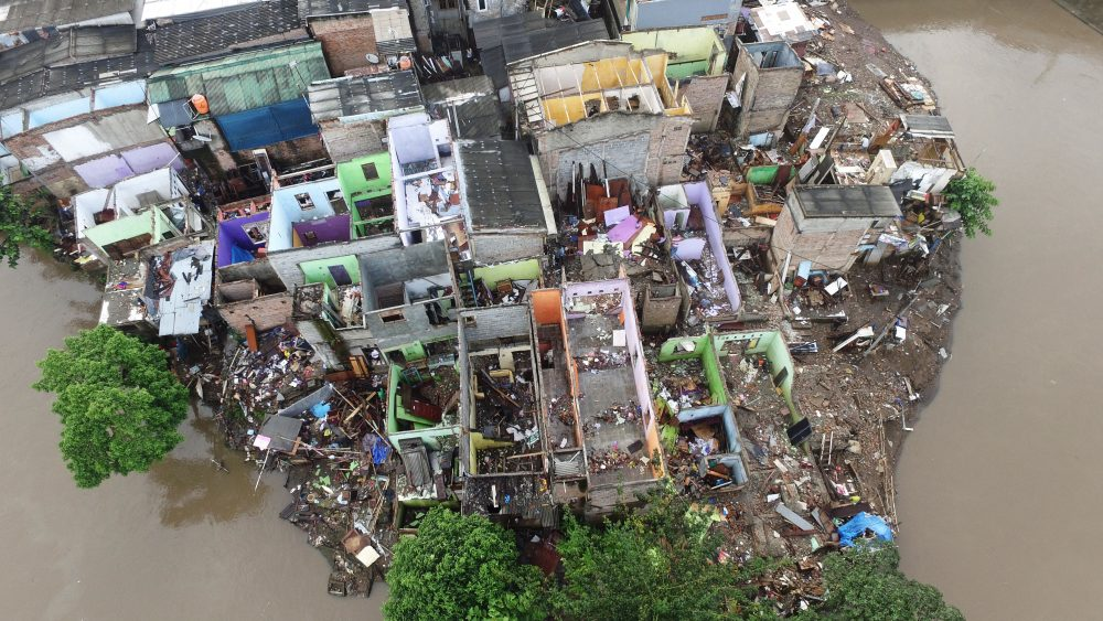 Foto aerial permukiman warga di pinggir Kali Ciliwung, Bukit Duri, Jakarta, Minggu (18/9).