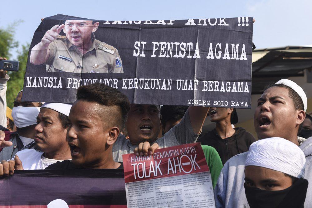 """Warga melakukan aksi penolakan di tempat yang akan dikunjungi calon Gubernur DKI Jakarta Basuki Tjahaja Purnama atau Ahok untuk berkampanye di kawasan Kedoya, Jakarta, Kamis (10/11). Ahok membatalkan kampanye dengan cara """"blusukan"""" ke kawasan Kedoya karena adanya aksi penolakan dari warga. ANTARA FOTO/Hafidz Mubarak A./pd/16"""