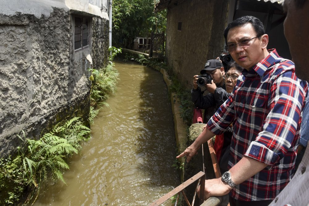 "Calon Gubernur DKI Jakarta Basuki Tjahaja Purnama atau Ahok meninjau saluran air saat ""blusukan"" di daerah Lenteng Agung, Jakarta, Senin (31/10). Ahok mengisi masa kampanye dengan melakukan ""blusukan"" untuk mendengarkan keluhan dan masukan dari warga. ANTARA FOTO/Hafidz Mubarak A./kye/16"