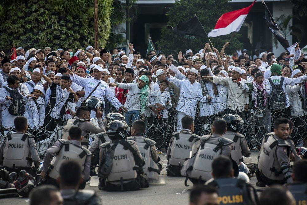 Ribuan orang melakukan unjuk rasa empat November di Jakarta, Jumat (4/11). Aksi tersebut menuntut pemerintah untuk mengusut dugaan penistaan agama. ANTARA FOTO/M Agung Rajasa/pd/16