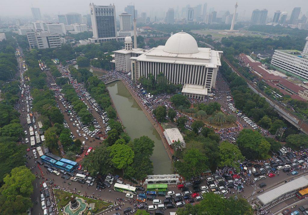 Massa dan kendaraan memadati kawasan Masjid Istiqlal jelang pelaksanaan aksi 4 November di Jakarta, Jumat (4/11). Aksi yang diikuti ribuan pengunjuk rasa itu menuntut kepastian hukum terkait dugaan penistaan agama yang dilakukan Basuki Tjahaja Purnama. ANTARA FOTO/Wahyu Putro A/aww/16.