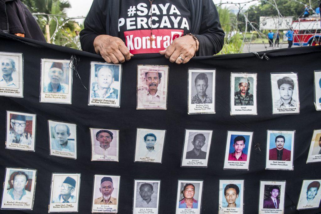 Aktivis Jaringan Solidaritas Korban untuk Keadilan menggelar aksi Kamisan di depan Istana Merdeka, Jakarta, Kamis (20/10). Dalam aksi ke-464 itu mereka meminta kepada Presiden Joko Widodo untuk mengusut tuntas kasus meninggalnya Munir dengan menindaklanjuti temuan TPF serta menugasi Jaksa Agung untuk menindaklanjuti berkas penyelidikan Komnas HAM atas kasus Trisakti, Semanggi I-II, kerusuhan Mei 1998, Tanjung Priok dll. ANTARA FOTO/M Agung Rajasa/pd/16