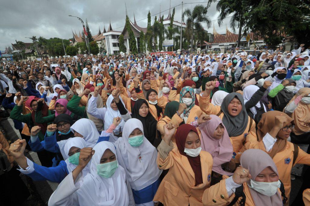 Sejumlah mahasiswa yang tergabung dalam Aliansi Badan Eksekutif Mahasiswa (BEM) Sumbar beserta warga berunjuk rasa di depan Polda Sumbar di Padang, Sumatra Barat, Kamis (3/11). Sekitar seribu pengunjuk rasa menggelar aksi menuntut Polri untuk menegakkan hukum dan memproses Basuki Tjahaja Purnama atau Ahok terkait pernyataannya yang dinilai menyinggung umat muslim di Indonesia. ANTARA FOTO/Iggoy el Fitra/kye/16