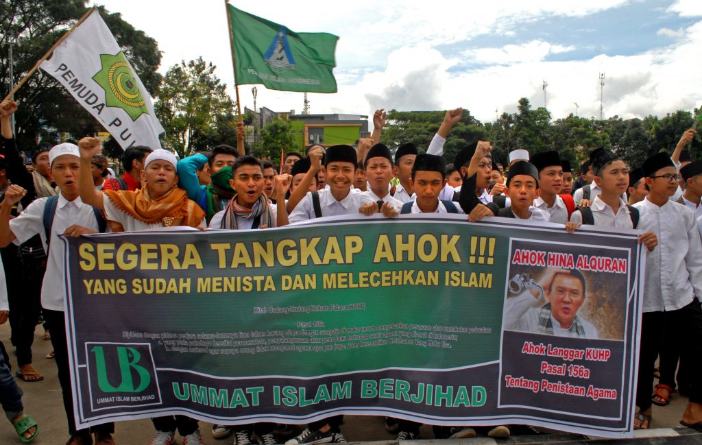 Pengunjuk rasa membentangkan spanduk yang bertuliskan tuntutannya saat aksi damai di Lapang Merdeka, Sukabumi, Jawa Barat, Kamis (3/11). Massa dari berbagai organisasi tergabung Aliansi Bela Agama dan Bela Negara Sukabumi menggelar aksi damai menuntut agar penegak hukum menindak dan memproses Gubernur DKI Jakarta Basuki Tjahaja Purnama (Ahok) terkait pernyataannya yang menyinggung umat muslim di Indonesia. ANTARA FOTO/Budiyanto/foc/16.