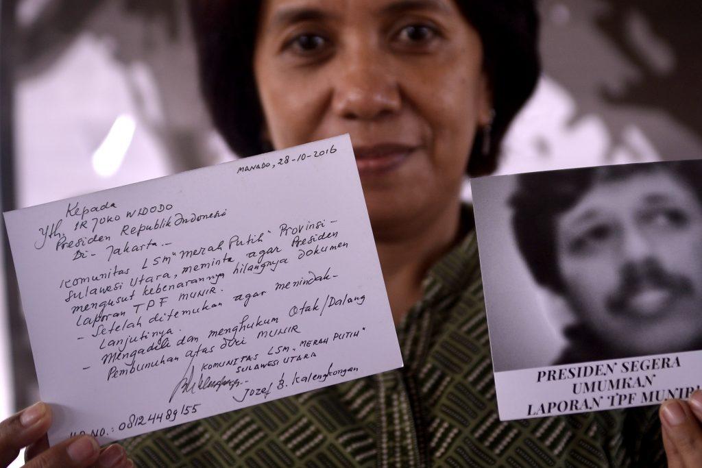Istri mendiang aktivis HAM Munir, Suciwati, memperlihatkan kartu pos yang berisi tuntutan saat kegiatan diskusi publik di Manado, Sulawesi Utara, Jumat (28/10). Kegiatan yang dihadiri para aktivis, mahasiswa, serta masyarakat umum tersebut bertujuan untuk menggalang dukungan guna menuntut Presiden Joko Widodo untuk mempublikasikan dokumen hasil penyidikan Tim Pencari Fakta (TPF) atas kasus kematian Munir, 12 tahun silam. ANTARA FOTO/Adwit B Pramono/kye/16.