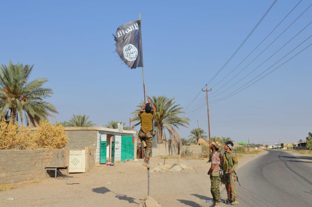 Tentara Irak menurunkan bendera ISIS di kota Hit di provinsi Anbar, Irak, Senin (10/10). Foto diambil tanggal 10 Oktober 2016. ANTARA FOTO/REUTERS/Stringer/cfo/16