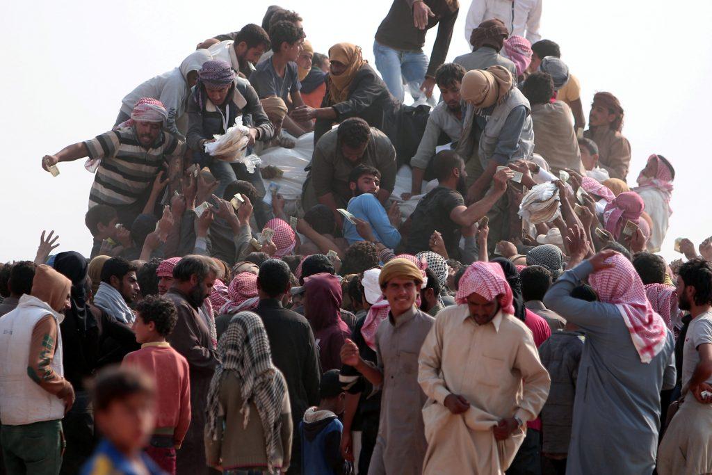 Iraqi refugees that fled violence in Mosul and internally displaced Syrians who fled Islamic State controlled areas in Deir al-Zor, buy food and water near the Iraqi border, in Hasaka Governorate October 23, 2016. REUTERS/Rodi Said   To match Insight MIDEAST-CRISIS-IRAQ/MOSUL     TPX IMAGES OF THE DAY      *** Local Caption *** Pengungsi Irak yang meninggalkan kekerasan di Mosul dan pengungsi Suriah yang melarikan diri dari daerah yang dikuasai oleh ISIS di Deir al-Zor, membeli makanan dan air di dekat perbatasan Irak, di Wilayah Kepemerintahan Hasaka, Minggu (23/10). ANTARA FOTO/REUTERS/Rodi Said/cfo/16